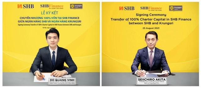 Ông Đỗ Quang Vinh - Giám đốc Khối Ngân hàng số, Phó Giám đốc khối Ngân hàng bán lẻ SHB, Chủ tịch Hội đồng thành viên SHB Finance (tại Việt Nam) và ông Seiichiro Akita - Chủ tịch kiêm CEO Krungsri (tại Thái Lan) ký thỏa thuận chuyển nhượng 100% vốn SHB Finance