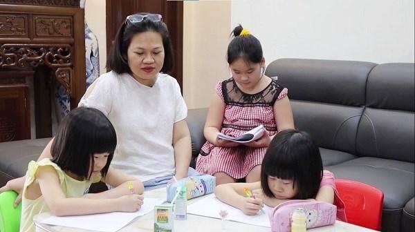 Đối với các gia đình có nhiều con nhỏ như gia đình chị Dung thì chi phí mua sữa cho các con hàng tháng chiếm phần đáng kể trong chi tiêu hàng ngày