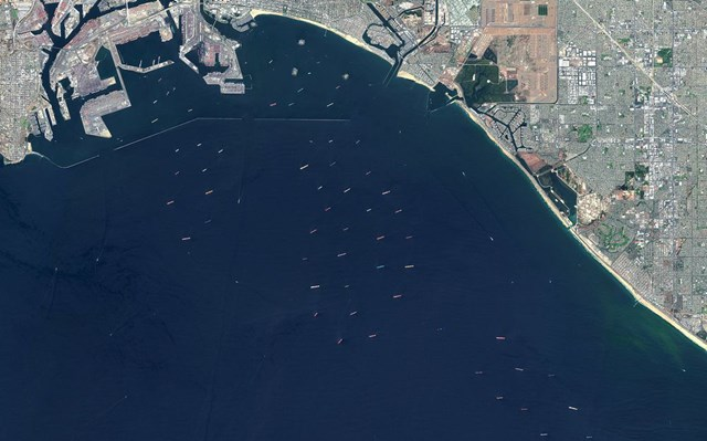 Tắc nghẽn khắp nơi, tàu xếp hàng la liệt chờ được vào cảng lớn nhất kết nối Mỹ - châu Á - Ảnh 1