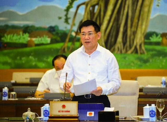 Thừa Ủy quyền của Thủ tướng Chính phủ, Bộ trưởng Bộ Tài chính Hồ Đức Phớc trình bày Tờ trình tại Phiên họp.