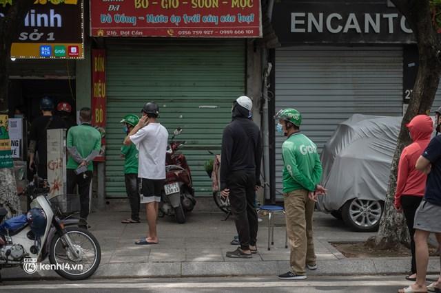 Hà Nội bắt đầu được giao đồ ăn trở lại: Shipper xếp hàng dài chờ mua trong khi khách gọi điện giục liên tục - Ảnh 3