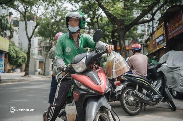 Hà Nội bắt đầu được giao đồ ăn trở lại: Shipper xếp hàng dài chờ mua trong khi khách gọi điện giục liên tục - Ảnh 4