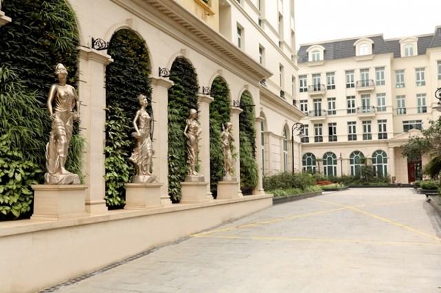 Cổng chào dự án Granduer Palace - Giảng Võ với 4 bức tượng là 4 vị thần tượng trưng cho 4 mùa trong năm lần lượt Xuân - Hạ - Thu - Đông