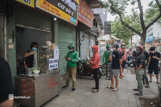 Hà Nội bắt đầu được giao đồ ăn trở lại: Shipper xếp hàng dài chờ mua trong khi khách gọi điện giục liên tục - Ảnh 12