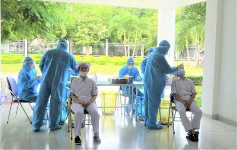 """Nhân viên thực hiện """"3T"""" tại các nhà máy Vinamilk được xét nghiệm định kỳ để đảm bảo sản xuất an toàn, chống dịch hiệu quả."""