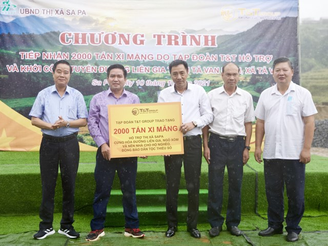 Ông Nguyễn Anh Tuấn - Phó Tổng Giám đốc Tập đoàn T&T Group trao tặng 2.000 tấn xi măng cho ông Vương Trinh Quốc - Chủ tịch UBND thị xã Sa Pa.