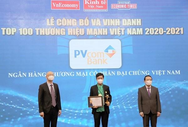 Đại diện Ngân hàng TMCP Đại Chúng Việt Nam (PVcomBank) nhận bằng khen và giải thưởng Thương hiệu mạnh Việt Nam