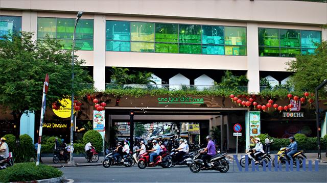 """Thuận Kiều Plaza sau đó được CTCP đầu tư An Đông thuộc Tập đoàn Vạn Thịnh Phát mua lại với giá trị hơn 600 tỷ đồng để cải tạo với lớp áo mới mang tên The Garden Mall, từ việc từng bị ví như """"ba cây nhang"""" thì nay được đổi thành là """"ba cây trúc""""."""