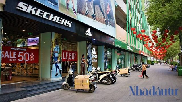 Với việcsau khi thay áo mới được nâng cấp, cải tạoThuận Kiều Plaza đã thu hút rất nhiều khách hàng với sự góp mặt của hàng loạt thương hiệu, cửa tiệm, nhà hàng, ẩm thực... tại khu vực trung tâm thương mại của tòa nhà.