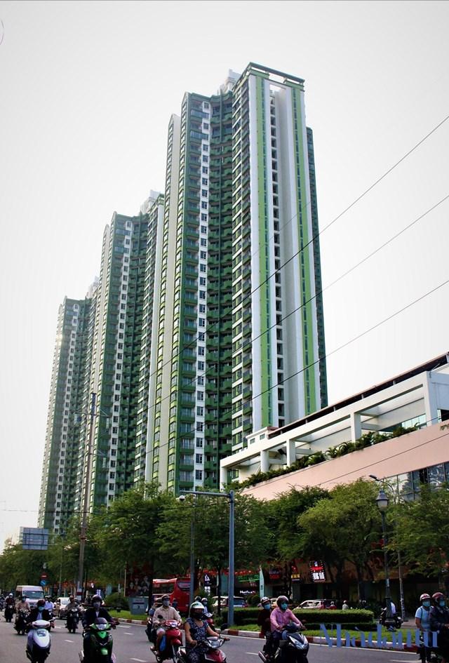 Thuận Kiều Plaza được thiết kế gồm 3 tháp (kiểu một con thuyền với 3 ống khói hay ba cây nhang), mỗi tháp có 33 tầng. Trong đó có khu trung tâm thương mại, 648 căn hộ và các công trình tiện ích khác như hồ bơi, khu giải trí, nhà xe...