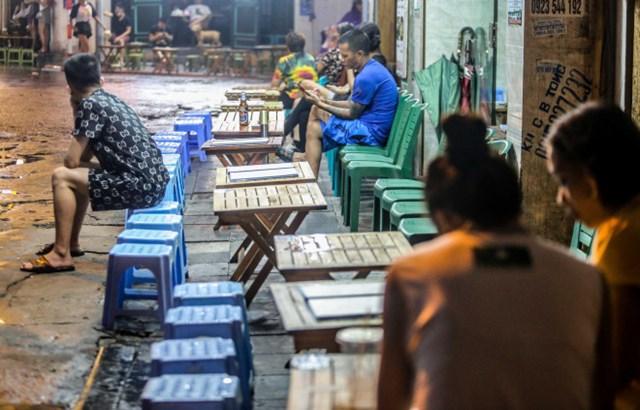 20h30 ngày cuối tuần dọc phố Tạ Hiện (quận Hoàn Kiếm) dẫn ra ngã ba quốc tế vắng lặng, nhân viên phục vụ và chủ đứng ngồi ngóng chờ để chào mời khách. Ảnh: Ngôi sao.