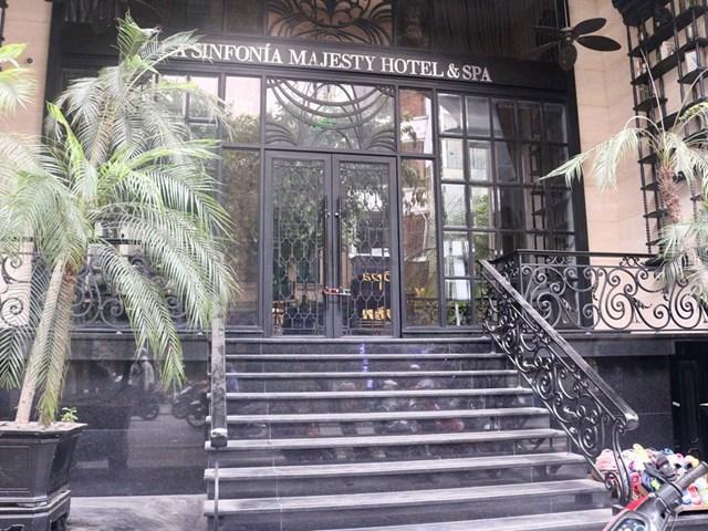 Khách sạn hạng sang trên khu phố cổ đóng cửa im lìm vì dịch Covid-19. Ảnh: Báo Thanh niên.