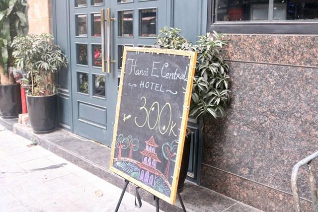Khách sạn này giảm giá xuống 300.000 đồng/phòng nhưng cũng không có khách thuê. Ảnh: Báo Thanh niên.