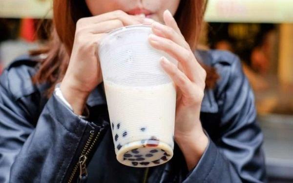 Trà sữa - món uống khoái khẩu của nhiều học sinh, sinh viên.