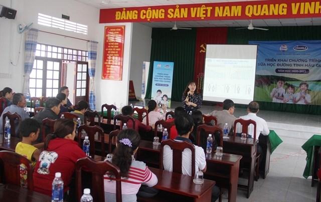BS. CK1 Nguyễn Vĩnh Hoàng Oanh - Trung tâm Tư vấn Dinh dưỡng Vinamilk tập huấn kiến thức chuyên môn về dinh dưỡng cho trẻ.