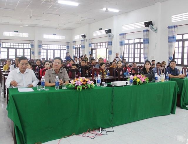 Các khách mời, thầy cô giáo và phụ huynh Trường tiểu học Ngô Hữu Hạnh 1 tham dự buổi tập huấn.