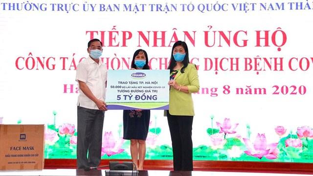 Lãnh đạo Sở Y tế và Ủy ban MTTQ Việt Nam TP. Hà Nội tiếp nhận 50.000 bộ lấy mẫu xét nghiệm Covid-19, tương đương 5 tỷ đồng từ đại diện Vinamilk