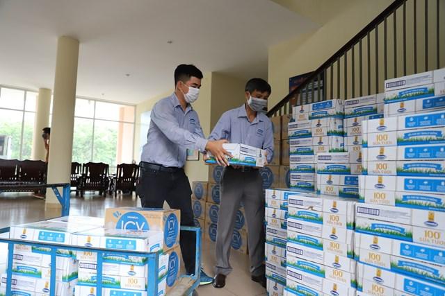 Hàng trăm ngàn sản phẩm dinh dưỡng của Vinamilk đã tiếp sức cho các y bác sĩ, nhân viên y tế cả nước nói chung và người dân miền Trung nói riêng trong cuộc chiến chống dịch Covid-19.