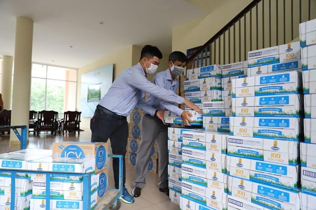 """Vinamilk ủng hộ gần 170.000 sản phẩm cho 3 địa phương miền Trung đang là """"điểm nóng"""" Covid-19 - Ảnh 1"""
