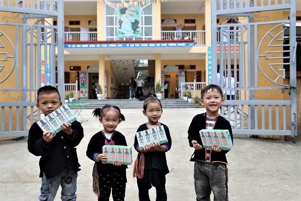Niềm vui nhận sữa từ chương trình Quỹ sữa Vươn cao Việt Nam và Vinamilk của trẻ em trường Mầm non Lang Thíp, huyện Văn Yên, tỉnh Yên Bái