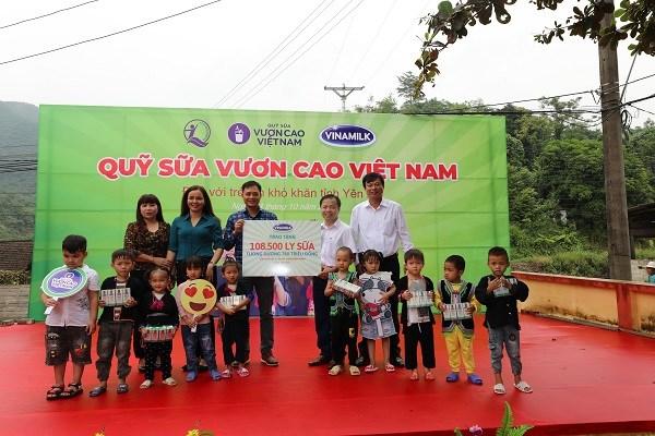 Năm 2020, Vinamilk và Quỹ sữa Vươn cao Việt Nam trao tặng 108.500 ly sữa, tương đương khoảng 780 triệu đồng cho 1.200 trẻ em có hoàn cảnh khó khăn tại tỉnh Yên Bái.
