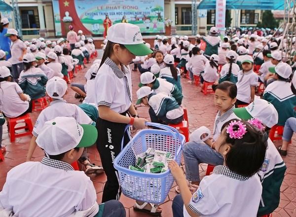 Các em học sinh tự giác gấp và thu dọn vỏ hộp sữa sau khi sử dụng xong, góp phần giữ vệ sinh cho môi trường trường học.