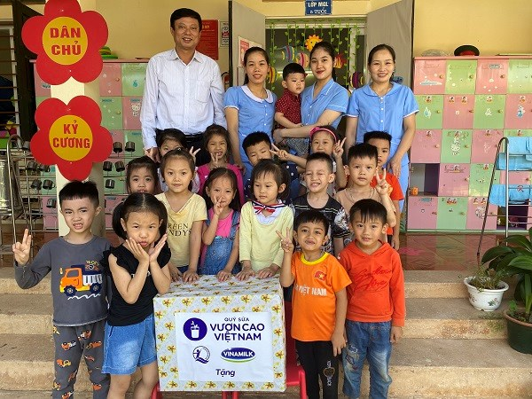 Đại diện Quỹ sữa Vươn cao Việt Nam đã đến thăm các điểm trường trong diện thụ hưởng sữa và gửi tặng những phần quà từ chương trình.