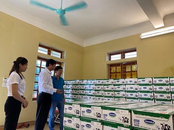Đại diện Quỹ sữa Vươn cao Việt Nam hướng dẫn điểm trường công tác bảo quản, lưu trữ sữa để sữa luôn đảm bảo chất lượng, giữ hương vị tươi ngon.