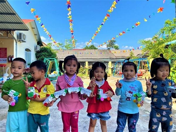 Những vỏ hộp sữa từ chương trình sau khi uống, được các cô giáo tái chế để làm những đồ dùng, đồ chơi dễ thương cho các em.