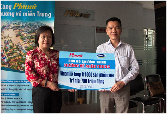 Ông Nguyễn Trung - Chủ tịch Công đoàn Công ty Vinamilk - đại diện tập thể người lao động của công ty trao bảng tượng trưng 111.000 sản phẩm dinh dưỡng ủng hộ đồng bào miền Trung