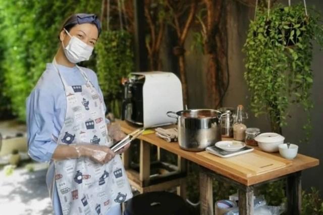 Tidaporn Potisai đang làm chủ căn bếp online bán thịt heo nướng kiểu Thái sau khi hãng bay tạm ngưng hoạt động vì Covid-19. Ảnh: Handout