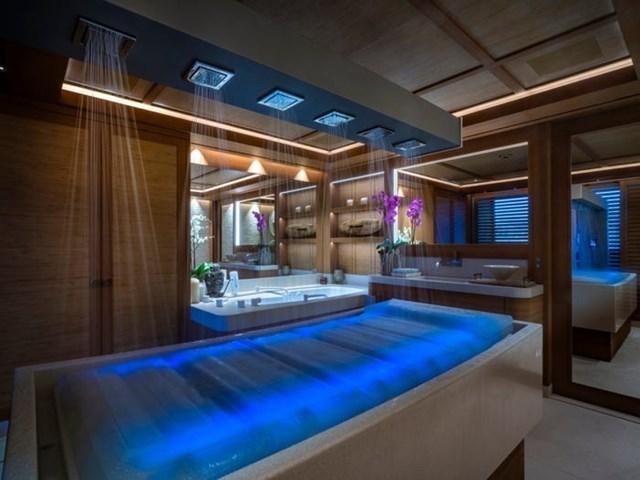Phòng tắm có vòi sen mưa nhân tạo.