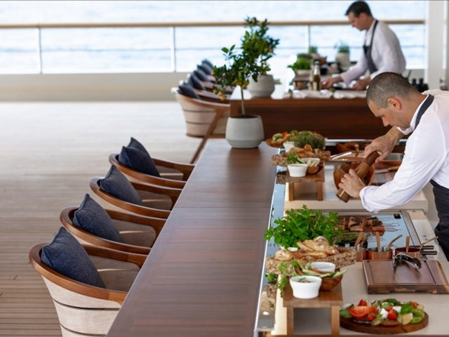 Trên du thuyền có các đầu bếp giỏi, phục vụ nhiều món ăn ngon, sang chảnh cho du khách.