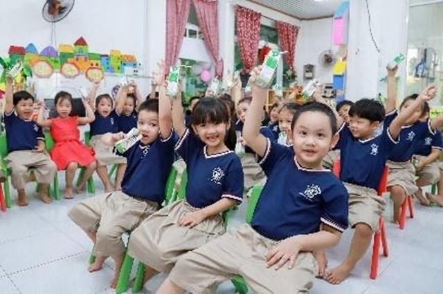 """Chương trình Sữa học đường được tích cực triển khai, đảm bảo học sinh được uống sữa đầy đủ khi đến trường """"mùa dịch""""."""