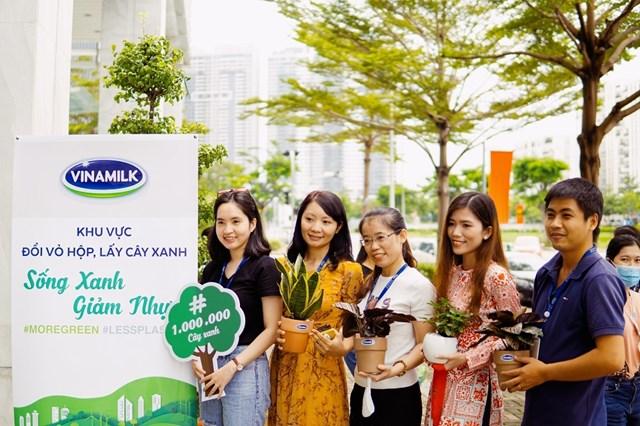 """Bên cạnh tham gia chiến dịch online, tập thể nhân viên Vinamilk còn tổ chức nhiều hoạt động """"offline"""" đồng hành như: Ngày hội sống xanh, đổi vỏ hộp lấy cây xanh…"""