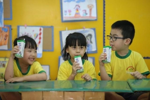 Uống sữa đều đặn sẽ giúp bổ sung dinh dưỡng,góp phần củng cố sức đề kháng, có thêm năng lượng để học tập.