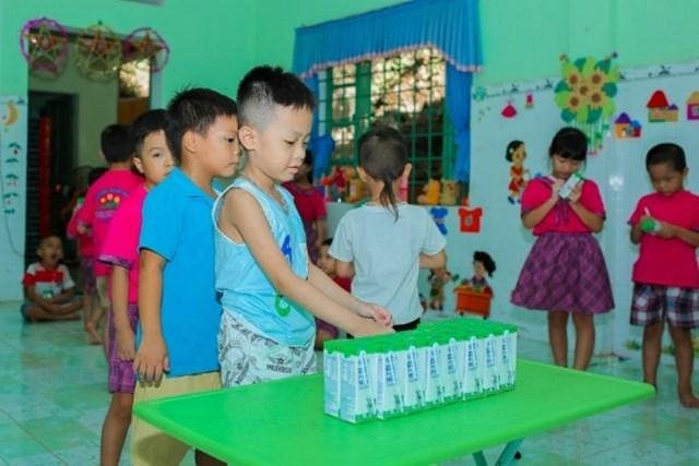 Chương trình Sữa học đường được tỉnh Quảng Nam và Vinamilk triển khai từ tháng 6/2020 dành cho 33.000 trẻ em thuộc 6 huyện miền núi của tỉnh.