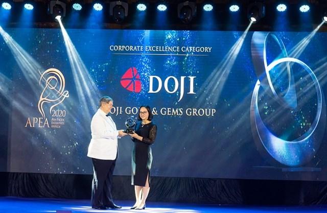 Bà Lê Thị Hiền - Phó Tổng giám đốc Tập đoàn Vàng bạc Đá quý DOJI nhận giải thưởng Doanh nghiệp Bán lẻ xuất sắc châu Á – Thái Bình Dương 2020.