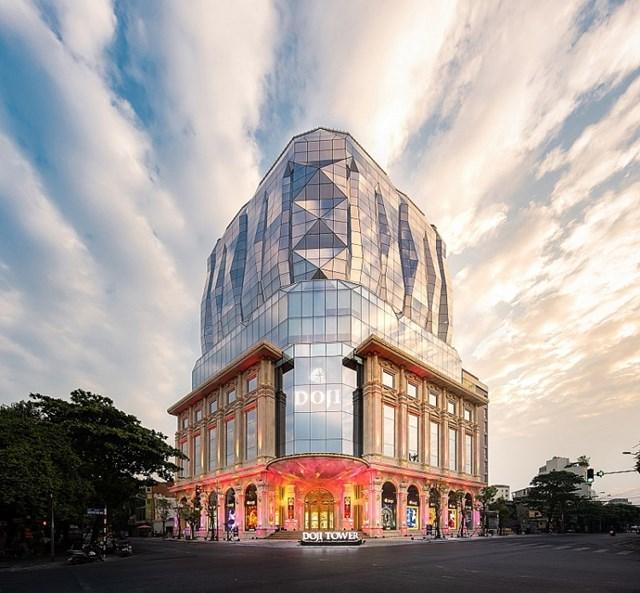DOJI đã xây dựng Trung tâm Vàng bạc trang sức lớn nhất Việt Nam tọa lạc tại Tòa nhà DOJI Tower, số 5 Lê Duẩn, Ba Đình, Hà Nội.