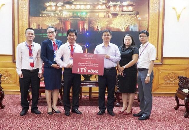 Ông Nguyễn Thanh Bình - Phó Chủ tịch UBND tỉnh Thừa Thiên – Huế đại diện tiếp nhận ủng hộ của Tập đoàn DOJI.