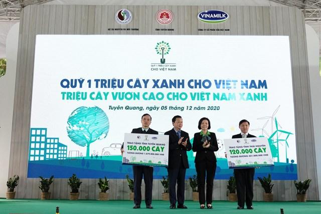 Tại sự kiện, ông Trần Hồng Hà – Bộ trưởng Bộ Tài nguyên & Môi trường cùng đại diện Vinamilk trao tặng bảng tượng trưng 270.000 cây xanh đến 2 tỉnh Thái Nguyên và Tuyên Quang tại sự kiện