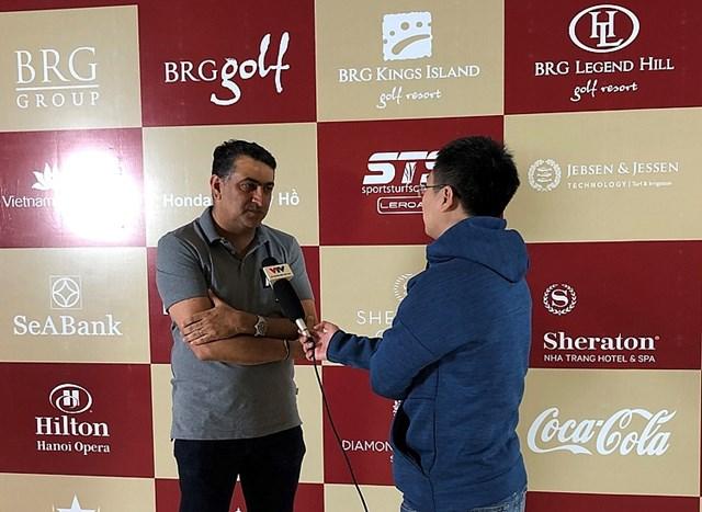 Golfer Amish Jaitha (bên trái) trả lời phỏng vấn