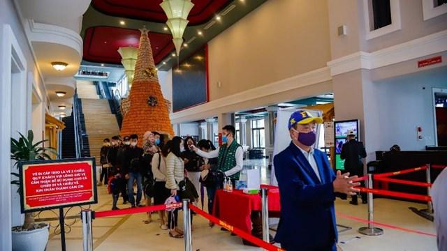 Nghỉ lễ 30/4, nhiều du khách chọn đến Fansipan ngắm đỗ quyên bung nở - Ảnh 2
