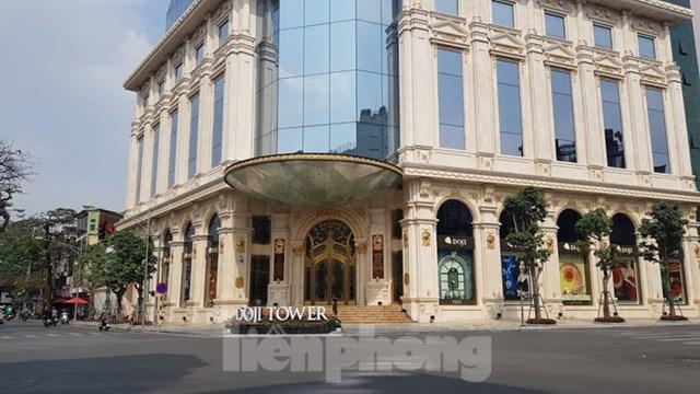 Hà Nội lệnh xử nghiêm tình trạng vỉa hè 'đế vương, đặc cách' ở quận Ba Đình - Ảnh 1