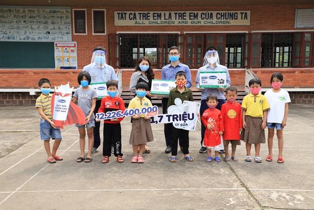Vinamilk trao tặng 1,7 triệu ly sữa để trẻ em khó khăn được chăm sóc tốt hơn trong dịch Covid - Ảnh 2