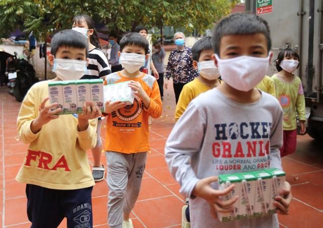 Vinamilk trao tặng 1,7 triệu ly sữa để trẻ em khó khăn được chăm sóc tốt hơn trong dịch Covid - Ảnh 4