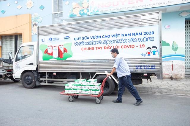 Vinamilk trao tặng 1,7 triệu ly sữa để trẻ em khó khăn được chăm sóc tốt hơn trong dịch Covid - Ảnh 5