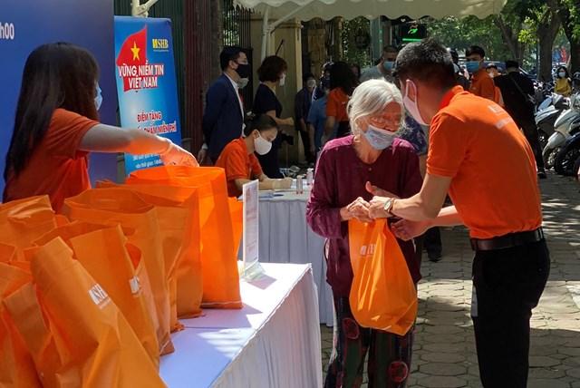 Chương trình 'Vững niềm tin Việt Nam' tặng gần 6.000 suất nhu yếu phẩm cho người dân bị ảnh hưởng COVID-19 - Ảnh 2