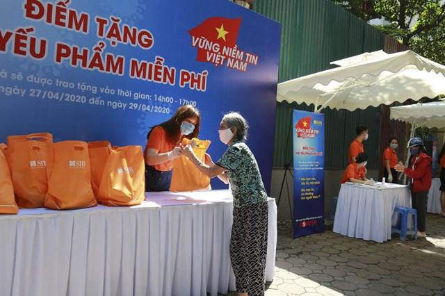 Chương trình 'Vững niềm tin Việt Nam' tặng gần 6.000 suất nhu yếu phẩm cho người dân bị ảnh hưởng COVID-19 - Ảnh 1