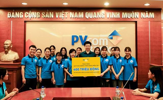 PVcomBank tặng 400 triệu đồng hỗ trợ sinh viên khó khăn mùa dịch - Ảnh 1